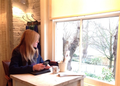 Enjoying the freedom lifestyle 'workinglondon style' from anywhere. At Bill's in Richmond with a view of the Thames. (photo - worklondonstyle)